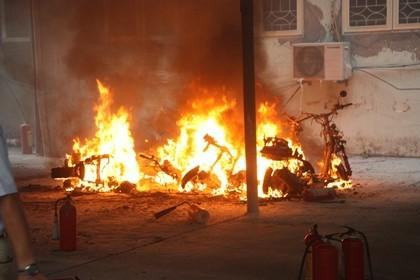 Cháy trong nhà để xe ĐH Quốc gia Hà Nội, nhiều người hoảng loạn - ảnh 1