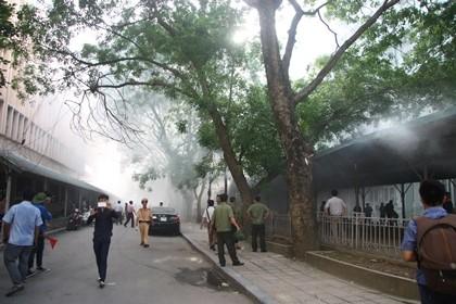 Cháy trong nhà để xe ĐH Quốc gia Hà Nội, nhiều người hoảng loạn - ảnh 2