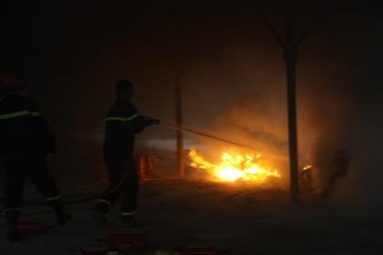 Cháy trong nhà để xe ĐH Quốc gia Hà Nội, nhiều người hoảng loạn - ảnh 3