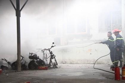 Cháy trong nhà để xe ĐH Quốc gia Hà Nội, nhiều người hoảng loạn - ảnh 4