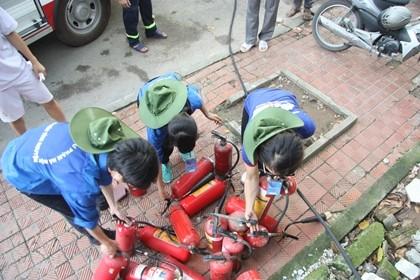 Cháy trong nhà để xe ĐH Quốc gia Hà Nội, nhiều người hoảng loạn - ảnh 6