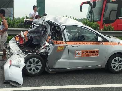 Chiếc taxi bẹp rúm sau tai nạn (ảnh Otofun).