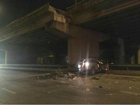 Ô tô rớt trên cầu vượt xuống đất, lái xe tử vong - ảnh 1