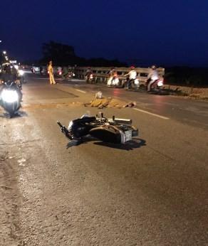 Đang chạy xe, 1 phụ nữ ngã ra đường tử vong - ảnh 1