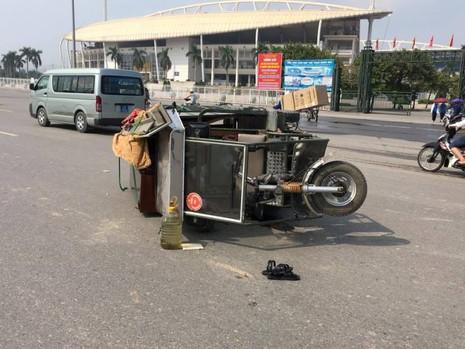 Xe ba gác va chạm với xe đạp điện, 2 người bị thương - ảnh 1