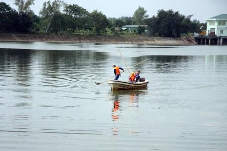 Cá lại chết nhiều ở hồ Linh Đàm - ảnh 7