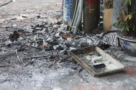 Một cột điện bốc cháy dữ dội giữa trưa nắng - ảnh 9