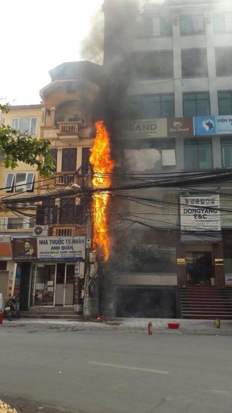 Một cột điện bốc cháy dữ dội giữa trưa nắng - ảnh 1