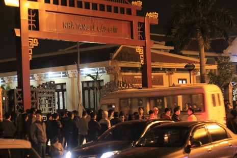 Vụ cháy quán karaoke: Người thân túc trực trắng đêm - ảnh 4