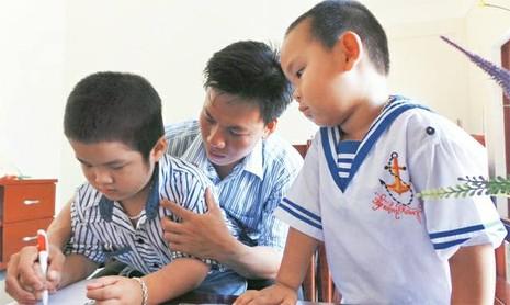 Thầy giáo Lê Xuân Quyết cùng các học trò tại đảo Song Tử Tây (ảnh NV cung cấp)
