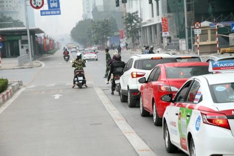 Đường thoáng,ô tô, xe máy vẫn tranh đường xe buýt nhanh - ảnh 9