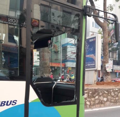 Bị taxi tạt đầu, xe buýt nhanh gặp nạn trên đường - ảnh 1