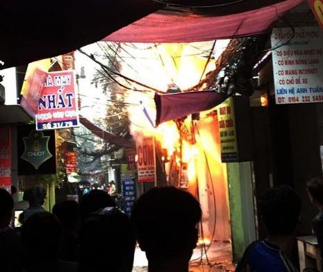 Cột điện bốc cháy dữ dội giữa trời mưa - ảnh 1