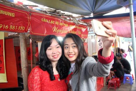 Thiếu nữ Hà Nội du xuân, xin chữ đầu năm - ảnh 10