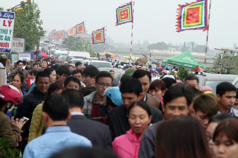 Đường vào chợ Viềng tắc dài vài cây số - ảnh 2