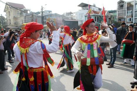 Trai làng 'lẳng lơ' múa ngày hội làng  - ảnh 12