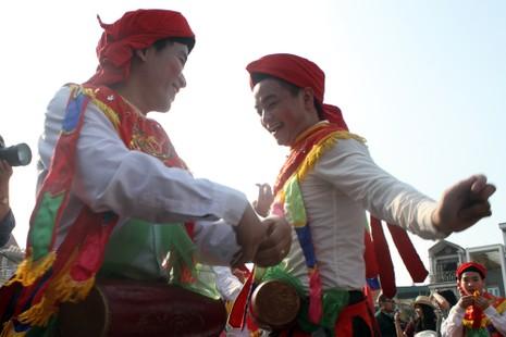 Trai làng 'lẳng lơ' múa ngày hội làng  - ảnh 14