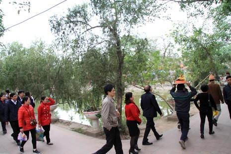 Rừng người tại đền Trần trước giờ khai ấn - ảnh 6