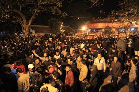 Hàng ngàn người nghẹt thở chờ phát ấn đền Trần  - ảnh 1