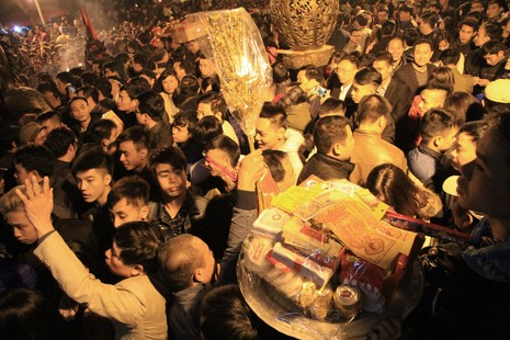 Hàng ngàn người nghẹt thở chờ phát ấn đền Trần  - ảnh 4