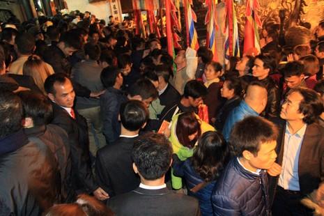 Hàng ngàn người nghẹt thở chờ phát ấn đền Trần  - ảnh 5