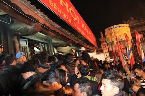 Hàng ngàn người nghẹt thở chờ phát ấn đền Trần  - ảnh 7