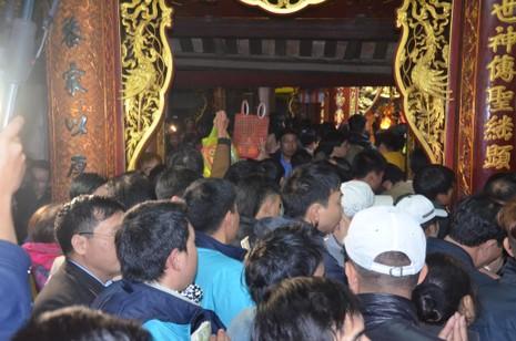 Hàng ngàn người nghẹt thở chờ phát ấn đền Trần  - ảnh 6