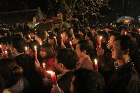 Hàng ngàn người nghẹt thở chờ phát ấn đền Trần  - ảnh 9