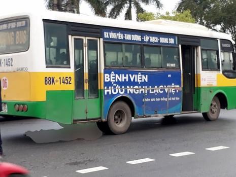 Băng qua đường, nữ công nhân bị xe buýt tông tử vong - ảnh 1