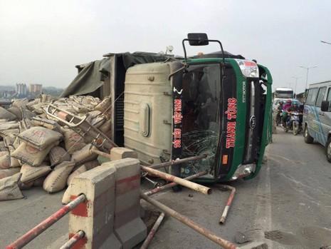 Xe chở xi măng bất ngờ lật nghiêng trên cầu Thanh Trì - ảnh 2