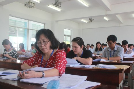 Hình ảnh giáo viên chấm những bài thi đầu tiên - ảnh 3