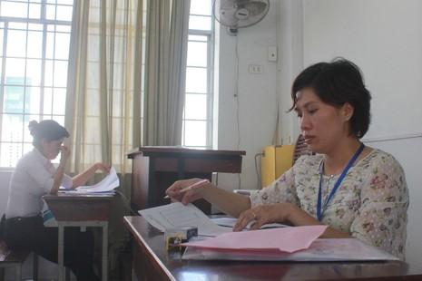 Hình ảnh giáo viên chấm những bài thi đầu tiên - ảnh 6