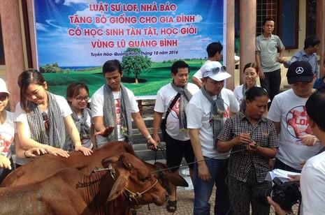 Các luật sư, nhà báo trao bò giống cho bà con vùng lũ - ảnh 1