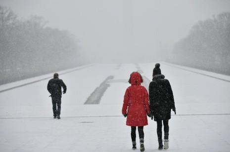 Siêu bão tuyết 'đổ bộ' Mỹ: Hơn 7.600 chuyến bay bị hủy - ảnh 1