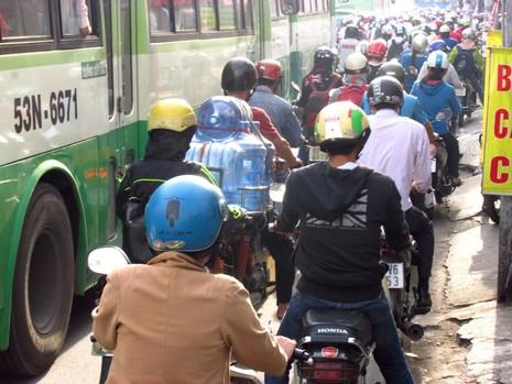 Người Sài Gòn mệt mỏi với 'điệp khúc' kẹt xe hằng ngày - ảnh 1
