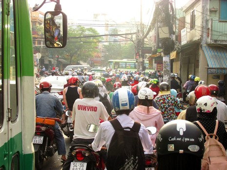 Người Sài Gòn mệt mỏi với 'điệp khúc' kẹt xe hằng ngày - ảnh 5