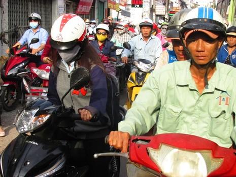 Người Sài Gòn mệt mỏi với 'điệp khúc' kẹt xe hằng ngày - ảnh 4
