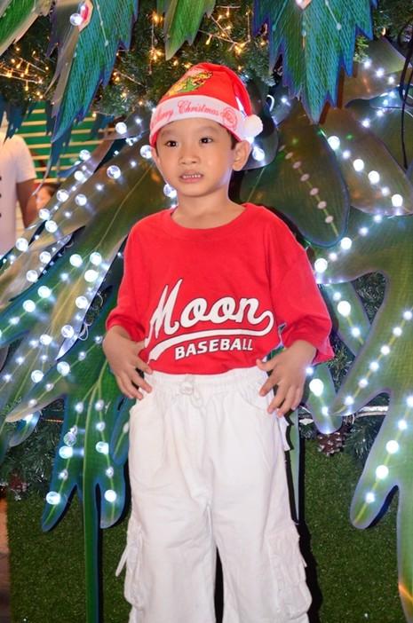 """Ông già Noel, công chúa tuyết """"nhí"""" tung tăng dạo phố cùng gia đình - ảnh 8"""