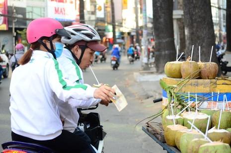 Người Sài Gòn chống chọi với nắng nóng - ảnh 1