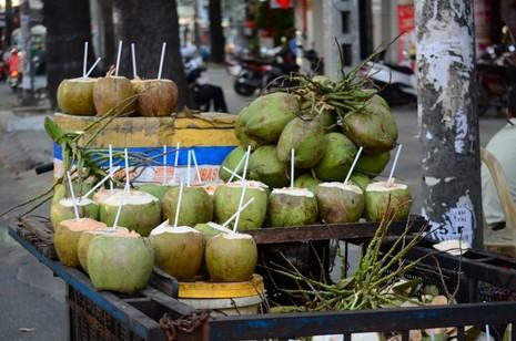Người Sài Gòn chống chọi với nắng nóng - ảnh 2