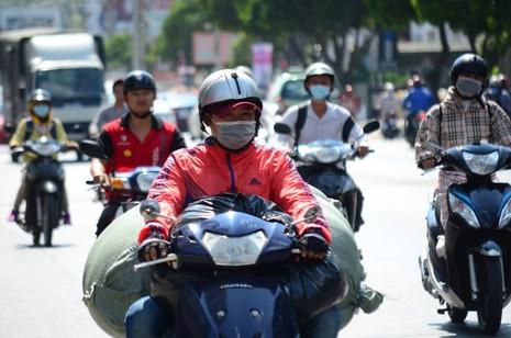 Người Sài Gòn chống chọi với nắng nóng - ảnh 6