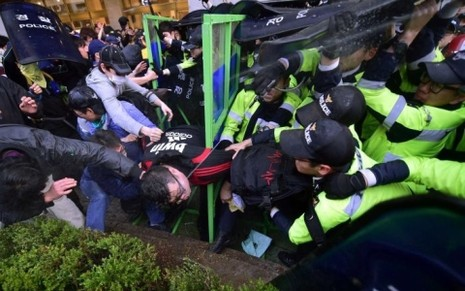 13.000 cảnh sát Hàn Quốc ngăn người biểu tình tiến đến phủ Tổng thống - ảnh 1