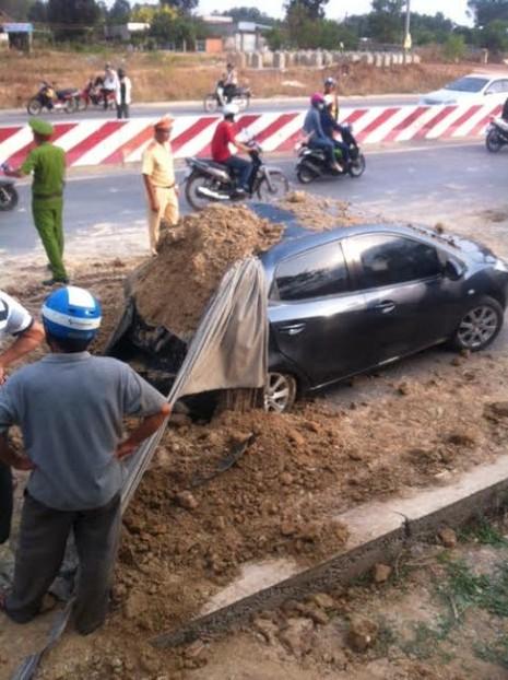 Xe ben lật, đất đá đổ ào lên ô tô và xe máy - ảnh 1