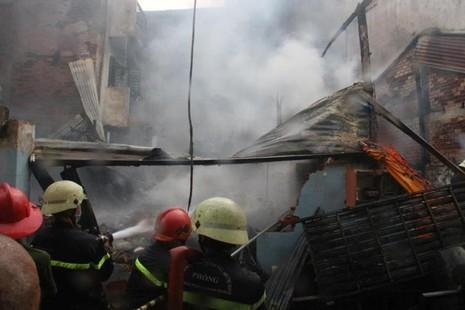 Giải cứu thành công sản phụ thoát khỏi đám cháy lớn - ảnh 1