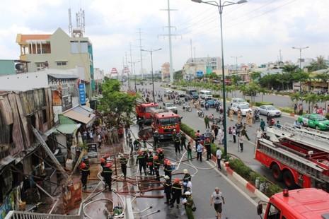 Lửa thiêu rụi dãy nhà trọ trên đường Phạm Văn Đồng - ảnh 1