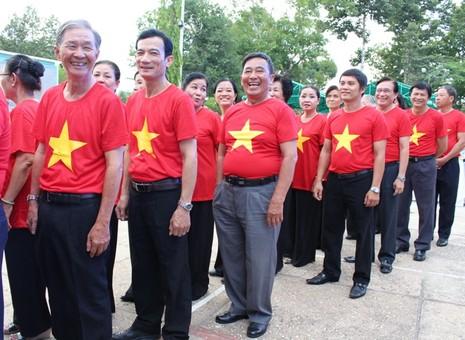 Nguyên chủ tịch nước Nguyễn Minh Triết xúc động hội ngộ đồng đội ở R - ảnh 3