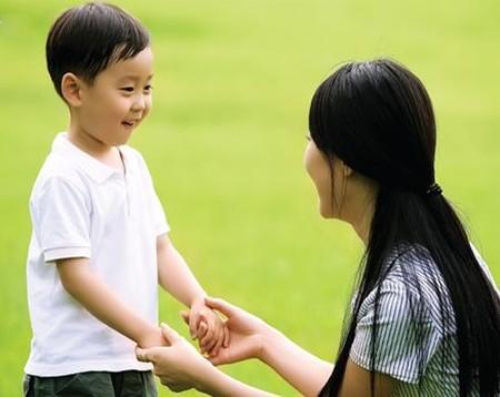 Khi gặp người lạ dụ dỗ, bé hãy biết tìm đúng người để nhờ giúp đỡ . Ảnh minh họa