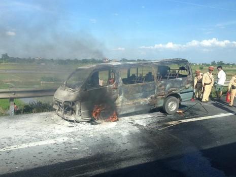 Hành khách đạp cửa thoát thân khỏi chiếc xe bốc cháy - ảnh 1