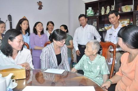 Lãnh đạo TP.HCM thăm mẹ Việt Nam anh hùng Lê Thị Ngạn - ảnh 1