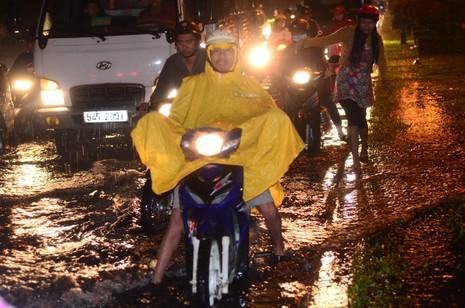 Sài Gòn lại ngập nặng sau cơn mưa lớn - ảnh 8